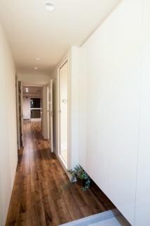 廊下完成写真。一人暮らしでマンションの中古物件を買ってリノベーション。通勤しやすくするためにリノベーション。新耐震基準の物件。立地も広さも条件通りで即決購入。アウトをはじめ細部まで気を配る巧みなコーディネートで、洗練の住空間。こだわりのフローリングに合わせて落ち着きのあるシックな空間。都心のシングルライフをリノベーションで。施工はAIS(アイズ)インテリアデザイン。