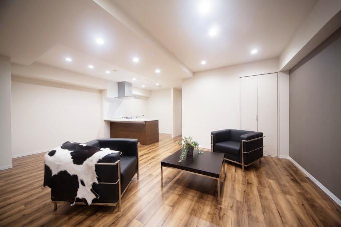 オシャレなリビング完成写真。一人暮らしでマンションの中古物件を買ってリノベーション。通勤しやすくするためにリノベーション。新耐震基準の物件。立地も広さも条件通りで即決購入。アウトをはじめ細部まで気を配る巧みなコーディネートで、洗練の住空間。こだわりのフローリングに合わせて落ち着きのあるシックな空間。都心のシングルライフをリノベーションで。施工はAIS(アイズ)インテリアデザイン。