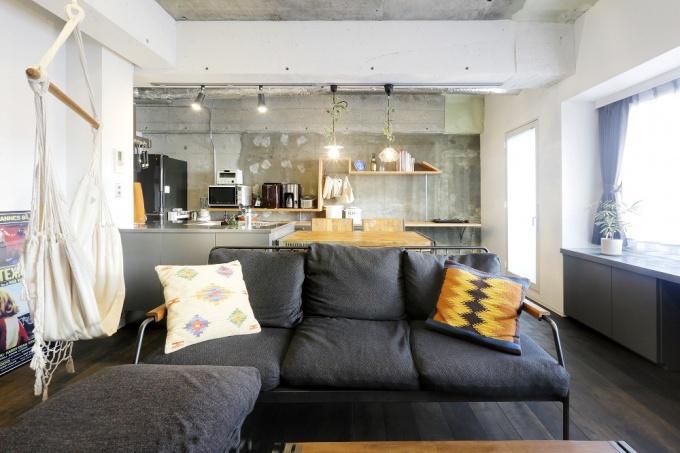 サーファーハウス、コンクリート打ちっぱなしの壁やユーズドの足場板などインダストリアルにとことんこだわった札幌市の中古マンション+リノベーション実例。DIYのアイディアも豊富。参考になる土間収納やリビングのハンモック。高さの違うオリジナル造作棚は矢印のかたちに。キッチンは特注。ステンレス天板。アイアン塗装。唯一無二の個性的な空間。施工は株式会社北王リフォーム事業部RELIFE