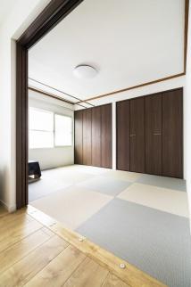 和紙の琉球畳を使った和室。定年退職を機に、冬の寒さを解決したい。札幌の戸建てのリフォーム事例。幅広の化粧床材が空間のやさしいぬくもりを演出。床材に合わせた家具。家事動線を効率的にした対面キッチン。和紙の琉球畳を使った和室。広々空間。施工はイワクラホーム株式会社