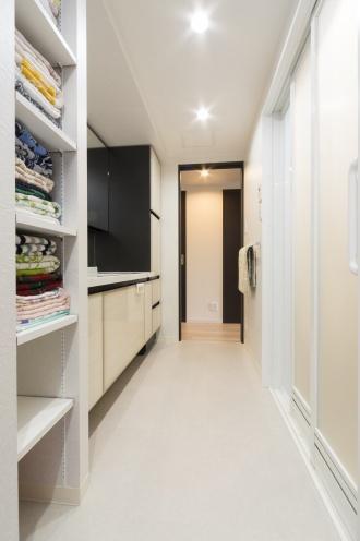 子どもが独立し、リフォーム。換気と断熱を第一に考えた、スケルトンリフォームです。二重床下地の採用によるキッチンや暖房の位置変更。天井を下げて各部屋にダウンライトを設置。風の通り道を確保し、各所にエコカラットを採用。浴室の壁もホーローを採用。水を流すだけでお手入れが楽。