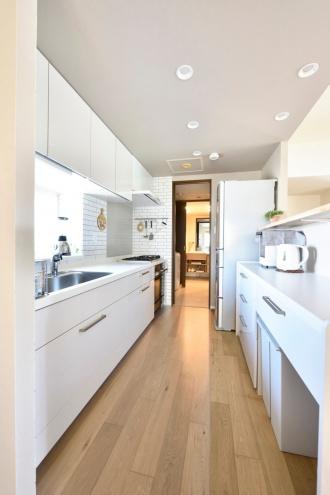 キッチンとリビングの間の壁を開放。自分好みのものにこだわる。五徳付きの火力の強いガス機器。収納充実のPCコーナー。炊飯器の蒸気が逃げるように配慮。施工はSAWAI建築工房。札幌のマンションリフォーム事例。