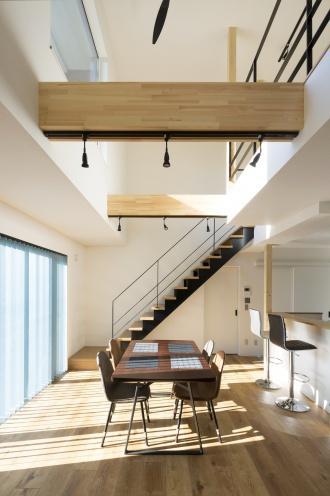 欲しかった吹き抜け、アイアンの手すりなど取り入れて完成した築42年の家。光が降りそそぐ暖かな住まいにリノベーションした実例をご紹介します。施工は北王リライフ