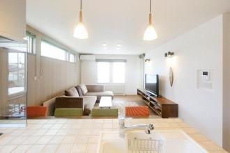 石山工務店のリフォーム事例。ホームウェル石山のリフォーム。旭川市のリフォーム。オープンハウスやモデルハウスを参考。インテリアに囲まれた暮らし。我が家テイストのアレンジ。オレンジとグリーンの椅子。プロにお任せ。玄関を真ん中に置く。スリット入りの玄関ドア。テラスとバルコニーのある家。明るすぎず暗すぎない空間。