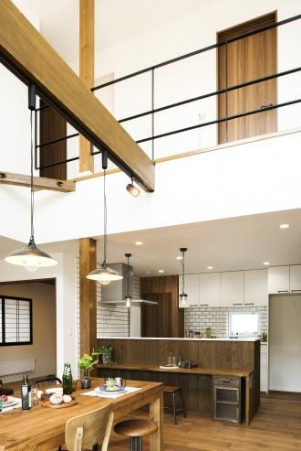 ダイニング・吹き抜け。ブルックリンスタイルの本物の古レンガ。キッチンは白いタイル。オープン階段はアイアンの手すり。大人のヴィンテージデザインの中古住宅+リノベーション。最新の耐震対策、断熱対策を施し、長期優良住宅の補助金をゲット。築年数は古くても、土台や柱・梁など構造がしっかりしている。施工はR&Rスタジオトーリツ。札幌市東区。