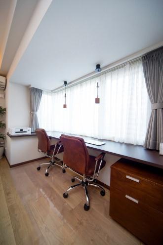 書斎。住友不動産マンションリフォーム札幌の事例。スケルトンリフォームで根本から課題を解決。寝室と水回りがダイレクトにつながる間取り。ホテルのような生活空間。壁に貼ったイタリア産天然石。