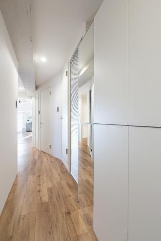 アールの廊下。i・e・sリビング、イエスリビングのリフォーム、リノベーション事例。ヴィンテージスタイル。ソファを置かないリビング。窓枠が壁のアクセント。清潔感あふれるエントランス、玄関。コンクリートむきだしを白にペイント。ホームパーティ特典付き空間採生モニター。オシャレで収納力がある家。札幌市西区のリフォーム、リノベーション。