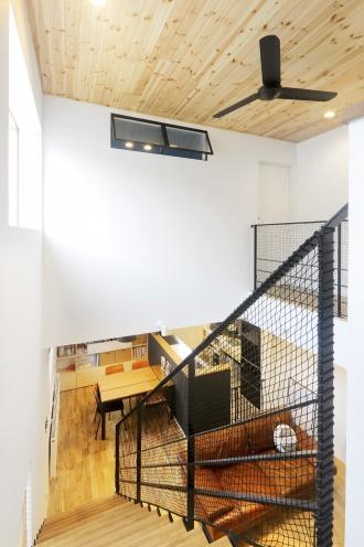 アルティザン建築工房のリフォーム、リノベーション事例。ブルックリンスタイル。ディティールまで妥協なく。好きなイメージを貫く。2階ホールのデスクコーナー。わがままをカタチにするリノベーション。収納のある備え付けベンチ。札幌市豊平区のリフォーム、リノベーション。