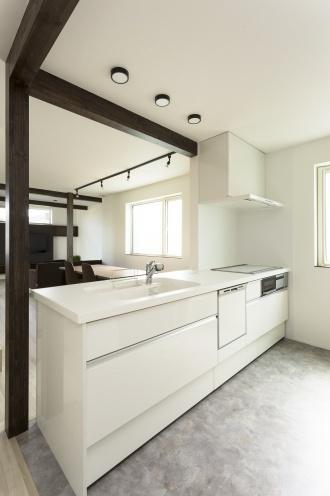 キッチン。悠々自適に暮らせる完全分離型の2世帯リフォーム。ブルックリンスタイル。2世帯住宅計画。隠し部屋のような和室。真っ白なキッチン。すりガラスの窓。広々としたユーティリティ。玄関にレザー調のクロス。黒のクロスにエンボス柄のウォークインクローゼット。キーカラーは色数を抑えて渋いトーン。