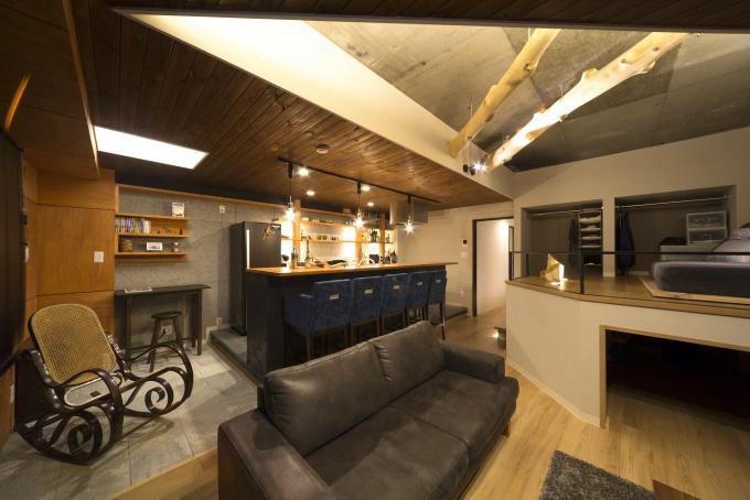 i・e・sリビング倶楽部のリフォーム事例。イエスリビングのリフォーム。居間と和室をLDKに改修。20帖以上のLDK。構造剥き出しの天井、一段高いバーカウンターキッチンの床、ロフトスペース。イメージ通りの空間。札幌市中央区のリフォーム。