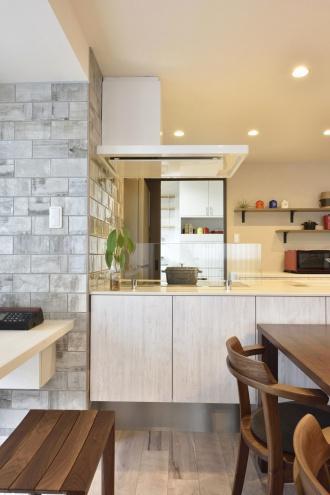 ステンドグラスを明り取りにして美しいアクセント。ベンチ付きのユニットバス。ペルシャ絨毯をかざるニッチ。洗面のモザイクタイル、トイレのサブウェイタイルなど、おしゃれなタイル使い。楽しい老後・介護の住まい。家事室のあるお家。将来への備えを万全に。札幌市西区のリフォーム。SAWAI建築工房のリフォーム事例。
