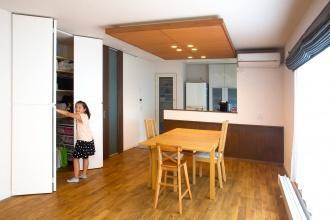 三五工務店のリフォーム事例。35リフォームの事例。広く暮らしたい、収納を多くに使いやすさやデザインをプラス。若い世代にフィットする間取りと外観。シャープなサイディングに横格子でアクセントでモダンな印象。玄関そばの物入れ。既存3部屋をつなげて広いLDKへ。札幌市手稲区のリフォーム。