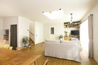 予算にメリハリをつけた中古住宅+リノベーション。内壁はセルフ塗装で省コスト。キッチンや建具はオーダーメイド。LDKは暮らしの変化に対応できる間取りに。アンティーク家具が映える、アルティザン建築工房の技術とノウハウが活かされたリノベーション。