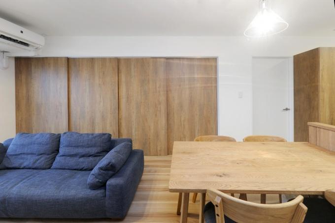 白い壁と木調のやさしい色合いの玄関。リビングスペースを広く使うアイディア。生活感ゼロのキッチン。使い勝手に配慮したキッチン収納。洋室の窓際天井に着脱式の物干し。ダイニングのペンダントライト以外はダウンライトで統一。札幌市中央区のリフォーム。RELIFE、リライフ、北王のリフォーム、リノベーション事例。