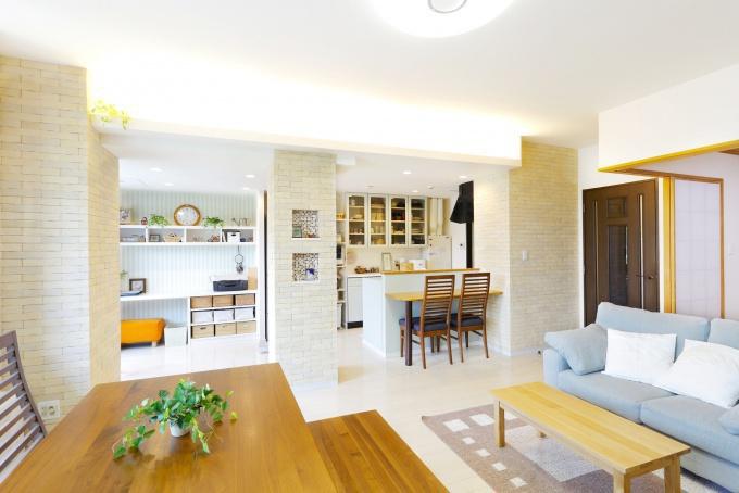 定年後の暮らしを考えたキッチン・ダイニング内装リフォーム。子ども部屋をなくして明るく風通しのいいキッチンへ。造作家具やレンガ調のエコカラット、カラフルなタイルでセンスよく。AI'Sインテリアデザインのリフォーム事例。アイズインテリアのリフォーム。札幌市豊平区のリフォーム。