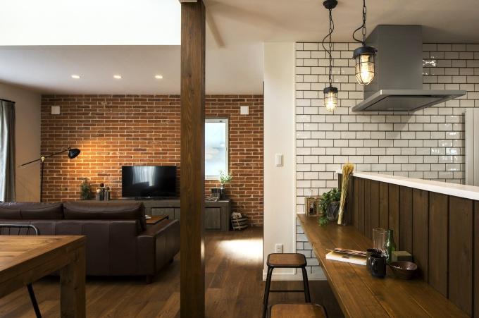 ブルックリンスタイルの本物の古レンガ。キッチンは白いタイル。オープン階段はアイアンの手すり。大人のヴィンテージデザインの中古住宅+リノベーション。最新の耐震対策、断熱対策を施し、長期優良住宅の補助金をゲット。築年数は古くても、土台や柱・梁など構造がしっかりしている。施工はR&Rスタジオトーリツ。札幌市東区。