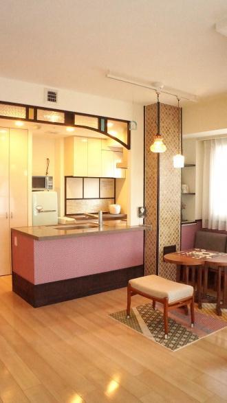殺風景だった空間のリフォーム。輸入のクロスモザイクタイル、アンティークガラスなどを組み合わせて多国籍で遊び心のある個性的なインテリア空間へ。日々暮色舎のリフォーム事例。札幌市中央区のリフォーム。