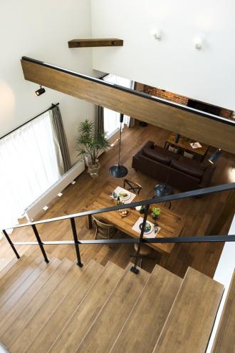オープン階段吹き抜け。ブルックリンスタイルの本物の古レンガ。キッチンは白いタイル。オープン階段はアイアンの手すり。大人のヴィンテージデザインの中古住宅+リノベーション。最新の耐震対策、断熱対策を施し、長期優良住宅の補助金をゲット。築年数は古くても、土台や柱・梁など構造がしっかりしている。施工はR&Rスタジオトーリツ。札幌市東区。