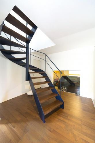 サーキュラー階段をイメージした螺旋階段。洋裁の作業台を造作。大容量のウォークインクローゼット。階段を効果的に見せる照明計画や昇降時の室内風景。爽やな色合いの浴室。ご主人と奥さまの書斎。小樽市のリフォーム。アルティザン建築工房のリフォーム事例