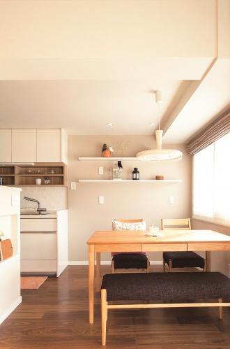 好きなインテリアを飾って自分らしさを演出するキッチンの食器棚やダイニングの飾り棚。将来のことを考えて、既存の間取りを活かし、暮らしやすさを追求したリフォーム。建具やタイル、クロス、家具の取っ手、カラーリングにこだわる。食器棚や飾り棚を造作して。家具は輸入家具。ナチュラルで女性らしい住まい。札幌市中央区のSAWAI建築工房のリフォーム事例。サワイのリフォーム。