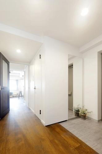 明るく風通しのよいパブリックスペース。対面キッチンの向きを変えて動線を改善。ステンレストップのキッチン。スマホの充電のため壁に棚を設ける。清潔感のある洗面化粧台。靴の高さに応じて調整できる可動棚。カフェスタイルのお家。R&Rstudioのリフォーム事例。トーリツのリフォーム。