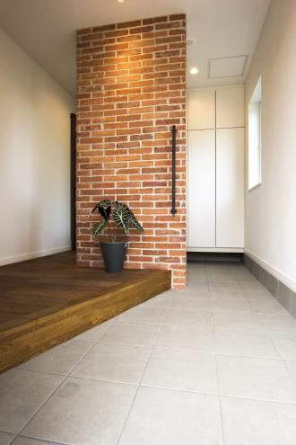 玄関ホールにも本物のレンガを。ブルックリンスタイルの本物の古レンガ。キッチンは白いタイル。オープン階段はアイアンの手すり。大人のヴィンテージデザインの中古住宅+リノベーション。最新の耐震対策、断熱対策を施し、長期優良住宅の補助金をゲット。築年数は古くても、土台や柱・梁など構造がしっかりしている。施工はR&Rスタジオトーリツ。札幌市東区。