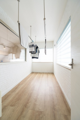 サンルーム。棟晶のリフォーム、リノベーション事例。配線を壁の内側に隠したTV台。ダイニングから段差なしでつながる和室。キッチンからリビングからも入れる回遊動線。こだわりの照明。板張り柄の壁紙で屋根裏風の演出。シャンデリアのある広いウォークインクローゼット。落ち着く書斎。札幌市清田区のリフォーム、リノベーション。