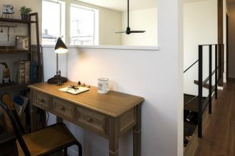 廊下のフリースペース書斎。ブルックリンスタイルの本物の古レンガ。キッチンは白いタイル。オープン階段はアイアンの手すり。大人のヴィンテージデザインの中古住宅+リノベーション。最新の耐震対策、断熱対策を施し、長期優良住宅の補助金をゲット。築年数は古くても、土台や柱・梁など構造がしっかりしている。施工はR&Rスタジオトーリツ。札幌市東区。