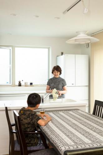 悠々自適に暮らせる完全分離型の2世帯リフォーム。ブルックリンスタイル。2世帯住宅計画。隠し部屋のような和室。真っ白なキッチン。すりガラスの窓。広々としたユーティリティ。玄関にレザー調のクロス。黒のクロスにエンボス柄のウォークインクローゼット。キーカラーは色数を抑えて渋いトーン。