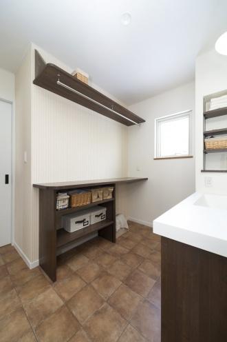 洗面前にカウンター。戸建てのマイホームは、更地が必要な新築よりも中古+リノベが断然お得。立地・広さ・費用のすべての条件を満たす納得の家づくりができました。住宅ローンなどの資金計画もスムーズに。物件の周辺状況を現地で把握してから間取り図を提案。塗り壁と無垢材の床、アイランド型キッチン、書斎、シューズクローク、多数の窓や床暖房など光と風の通る心地よい住まいになりました。施工は竹内建設。
