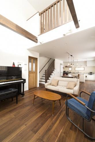 リビング・吹き抜け。戸建てのマイホームは、更地が必要な新築よりも中古+リノベが断然お得。立地・広さ・費用のすべての条件を満たす納得の家づくりができました。住宅ローンなどの資金計画もスムーズに。物件の周辺状況を現地で把握してから間取り図を提案。塗り壁と無垢材の床、アイランド型キッチン、書斎、シューズクローク、多数の窓や床暖房など光と風の通る心地よい住まいになりました。施工は竹内建設。