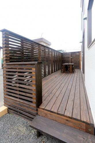 ウッドデッキリフォーム。築30年以上経過した中古物件を冬の寒さ対策でリフォーム。竹内建設の実例に惹かれモデルハウスを見学しスタート。断熱・気密性の向上、耐震性と耐久性に優れた北海道R住宅。自然素材の家。ウッドデッキを新設。乾燥室も付けて。施工/竹内建設株式会社リノベーション事業部