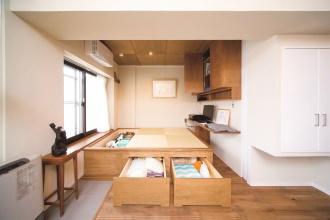 独立した客間として使える小上がり。景観がいい上階の部屋を探し、中古マンションをリノベーションした実例を紹介します。昭和レトロなインテリアと住み心地のよい生活動線を実現した中古マンションだからできるリノベーションの好例です。施工は北王リライフ。