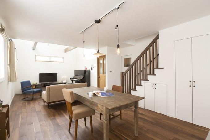 戸建てのマイホームは、更地が必要な新築よりも中古+リノベが断然お得。立地・広さ・費用のすべての条件を満たす納得の家づくりができました。住宅ローンなどの資金計画もスムーズに。物件の周辺状況を現地で把握してから間取り図を提案。塗り壁と無垢材の床、アイランド型キッチン、書斎、シューズクローク、多数の窓や床暖房など光と風の通る心地よい住まいになりました。施工は竹内建設。