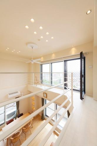キャットウォーク。もともとハシゴでしか行けなかったキャットウォークへ、2階から廊下でつなぎ日常的に行けるように。マンションなのに回廊型の吹き抜けです。全ての内窓と外周の壁に内側から断熱施工を行い寒さの解消。吹き抜けとキャットウォークのある札幌のマンションリフォーム実例です。施工は株式会社SAWAI建築工房