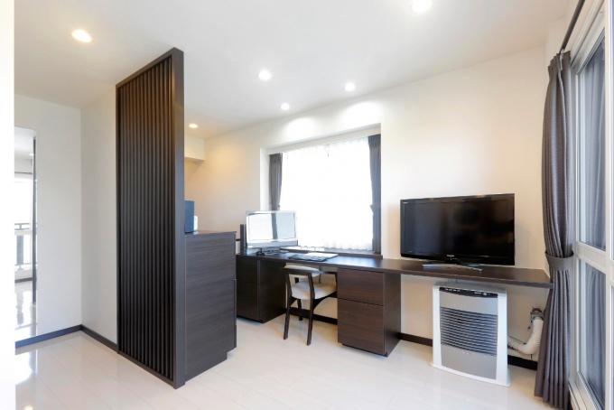 暗く狭いキッチン、収まりきらない小さな下駄箱、寝室などの冬の結露などあちこちの傷みや汚れを一気に解決するリフォーム事例。大きなテーマはホテルライクな暮らし。本当に必要なものだけを選び、シンプルで機能的、かつセンスの光る空間。結露対策に内窓のサッシとガラスを高性能に交換、寝室の壁には調湿性のあるエコカラットを採用。札幌 マンションリフォーム事例。施工は住友不動産新築そっくりさんマンションリフォーム。