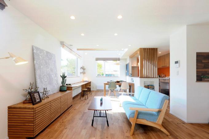 毎月の家賃が高いため家づくりを決意し土地探しからスタート。好立地の物件をナチュラルスタイルにリノベーション。子育てに適した内外の環境。スタイリッシュな外観。ウッドアクセント。札幌市厚別区リビングワークのリフォーム、リノベーション事例。