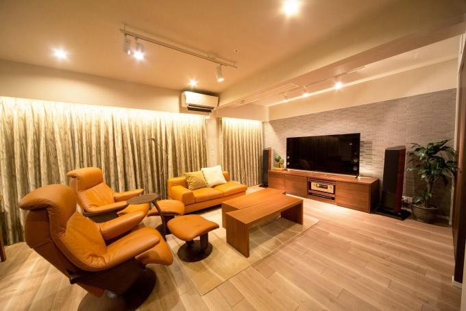 中古物件のリノベーションでステータスの高い立地にふさわしい、洗練のライフステージが完成。既存の間取りを活かしたキッチン&ダイニング。家具と調和する色調のフローリングやエコカラット。飾り棚付きの収納。クオリティの高いラグジュアリー空間。