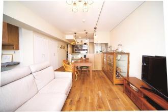 LDKは天然素材の塗り壁。景観がいい上階の部屋を探し、中古マンションをリノベーションした実例を紹介します。昭和レトロなインテリアと住み心地のよい生活動線を実現した中古マンションだからできるリノベーションの好例です。施工は北王リライフ。