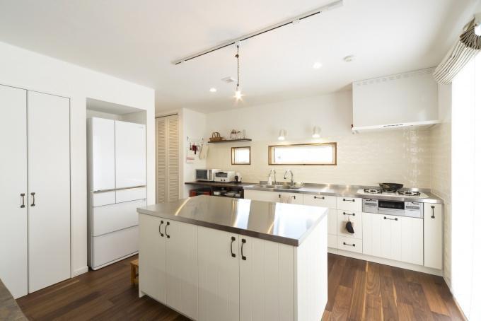 木製オーダーキッチン。戸建てのマイホームは、更地が必要な新築よりも中古+リノベが断然お得。立地・広さ・費用のすべての条件を満たす納得の家づくりができました。住宅ローンなどの資金計画もスムーズに。物件の周辺状況を現地で把握してから間取り図を提案。塗り壁と無垢材の床、アイランド型キッチン、書斎、シューズクローク、多数の窓や床暖房など光と風の通る心地よい住まいになりました。施工は竹内建設。