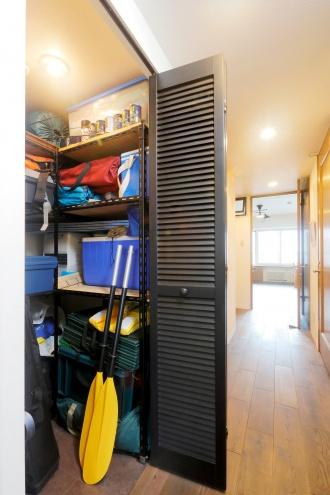ルーバー扉の納戸。室内を狭く感じさせていたキッチンは壁を撤去してリビングとつながるセミオープンキッチンへ。和室は、日中はリビングとして、夜は寝室として使用して広いリビングの完成。既存のもので使えるものはできるだけ活かすリフォーム。湿気対策の土間収納・納戸・子供部屋に風抜き穴。ダークトーンの床や棚。札幌のマンションリフォーム施工事例。施工は北王リフォーム事業部RELIFEリライフ。