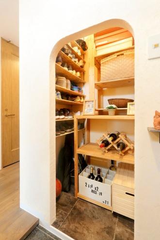 アルコープの土間収納。室内を狭く感じさせていたキッチンは壁を撤去してリビングとつながるセミオープンキッチンへ。和室は、日中はリビングとして、夜は寝室として使用して広いリビングの完成。既存のもので使えるものはできるだけ活かすリフォーム。湿気対策の土間収納・納戸・子供部屋に風抜き穴。ダークトーンの床や棚。札幌のマンションリフォーム施工事例。施工は北王リフォーム事業部RELIFEリライフ。