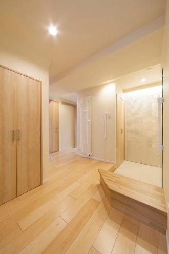 間接照明とモザイク状のエコカラットで柔らかい雰囲気の玄関。もともとハシゴでしか行けなかったキャットウォークへ、2階から廊下でつなぎ日常的に行けるように。マンションなのに回廊型の吹き抜けです。全ての内窓と外周の壁に内側から断熱施工を行い寒さの解消。吹き抜けとキャットウォークのある札幌のマンションリフォーム実例です。施工は株式会社SAWAI建築工房