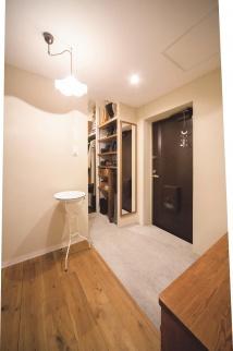 景観がいい上階の部屋を探し、中古マンションをリノベーションした実例を紹介します。昭和レトロなインテリアと住み心地のよい生活動線を実現した中古マンションだからできるリノベーションの好例です。施工は北王リライフ。