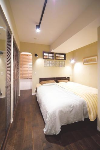 クローゼットのある寝室。景観がいい上階の部屋を探し、中古マンションをリノベーションした実例を紹介します。昭和レトロなインテリアと住み心地のよい生活動線を実現した中古マンションだからできるリノベーションの好例です。施工は北王リライフ。