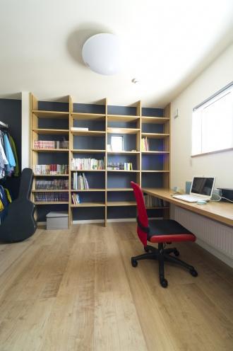 本棚が素敵な書斎。戸建てのマイホームは、更地が必要な新築よりも中古+リノベが断然お得。立地・広さ・費用のすべての条件を満たす納得の家づくりができました。住宅ローンなどの資金計画もスムーズに。物件の周辺状況を現地で把握してから間取り図を提案。塗り壁と無垢材の床、アイランド型キッチン、書斎、シューズクローク、多数の窓や床暖房など光と風の通る心地よい住まいになりました。施工は竹内建設。
