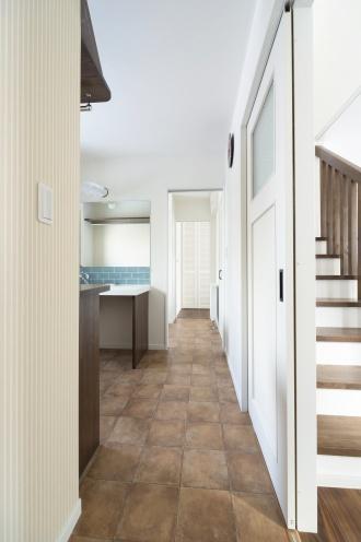 回遊路。戸建てのマイホームは、更地が必要な新築よりも中古+リノベが断然お得。立地・広さ・費用のすべての条件を満たす納得の家づくりができました。住宅ローンなどの資金計画もスムーズに。物件の周辺状況を現地で把握してから間取り図を提案。塗り壁と無垢材の床、アイランド型キッチン、書斎、シューズクローク、多数の窓や床暖房など光と風の通る心地よい住まいになりました。施工は竹内建設。