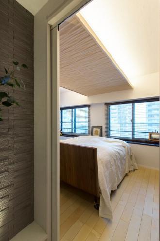 下がり天井が美しい寝室。【住友不動産 リフォーム 住友 マンション リフォーム スケルトンリフォーム】札幌のマンションリフォーム実例。収納不足を解決し結露の解消。大人の空間。<札幌・リフォーム> マンションリフォームの実例をご紹介します。「ホテルのような上質のマンション」リフォーム事例です。