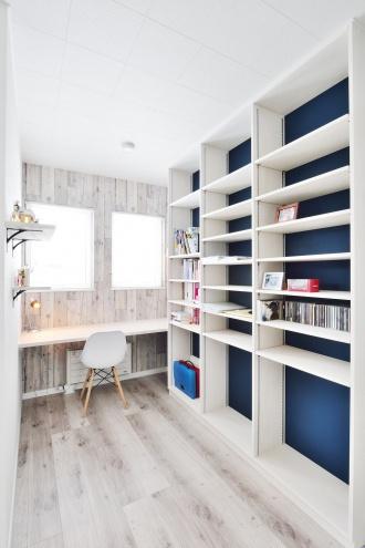 本棚のブルーのクロスがかっこいい書斎。旭川石山工務店のリフォーム・リノベーション事例。ショールームドア。すきま風の寒さを解消や高断熱・高気密の基準を満たした認定長期優良住宅 優遇税制度を受けた家。都市ガスの家。エコジョーズで真冬も暖かい家。建材の天井