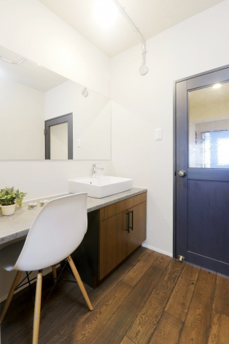 無垢材の床や塗り壁、ホワイトレンガなどレトロ感のある素材にこだわった住まい。竹内建設のリノベーションモデルハウス公開中。リノベーションの相談も受け付け。札幌市豊平区のリノベーション。